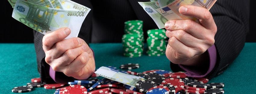How do professional gamblers make money?